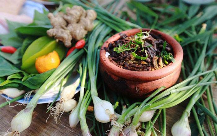 Rươi kho niêu đất - món ăn đậm hương vị truyền thống